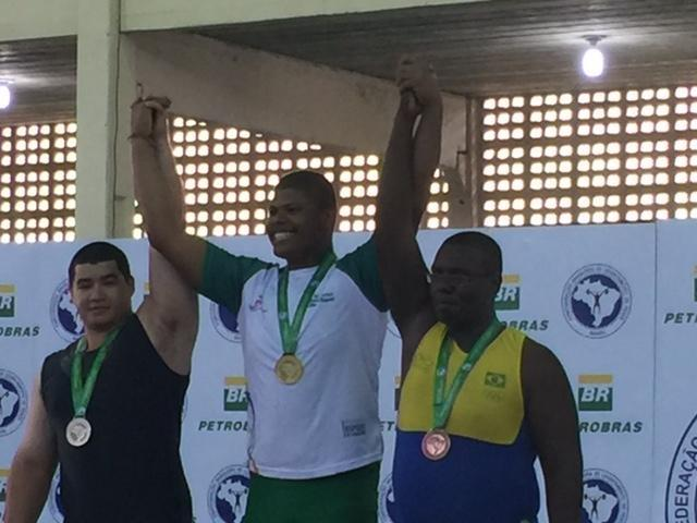 Os campeões da categoria +105 kg: Gabriel Isaías (1), Elton Souza (2) e Gleison Simonino (3).
