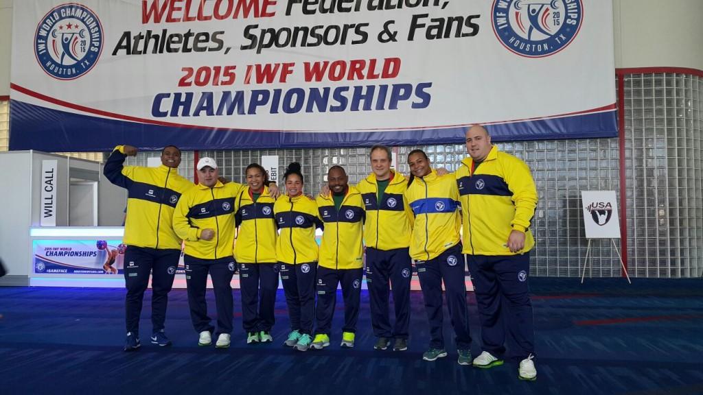A Seleção Brasileira no Mundial de Houston: Mateus Machado, o técnico Luís Lopez, Jaqueline Ferreira, Bruna Piloto, Welisson Rosa, o técnico Dragos Stanica, Monique Araújo e Fernando Reis