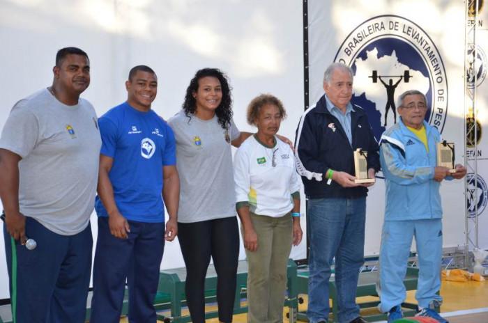 Carlos Aveiro, Josué Lucas, Monique Araújo e Elizabete Jorge com os homenageados David Montero e Luiz Gonzaga